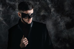 Fantazi sztuki makeup mężczyzna z czerń malującą maską na twarzy blisko portret Fachowy mody makeup Zdjęcie Stock