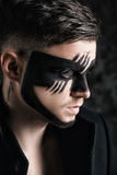 Fantazi sztuki makeup mężczyzna z czerń malującą maską na twarzy blisko portret Fachowy mody makeup Obrazy Stock