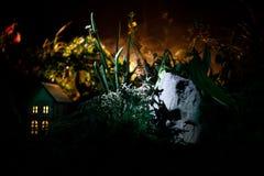 Fantazja dekorująca fotografia Mały piękny dom w trawie z światłem Stary dom w lesie przy nocą z księżyc Selekcyjna ostrość Obrazy Royalty Free