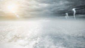 Fantazja naprzeciw pogodowego nieba, pięknego słońca i złowieszczego burzowego nieba, chmurnieje, nieskończoności poczęcie Zdjęcia Royalty Free