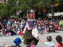 Fantazja pławików błazenu macania ręka z chłopiec «wykonuje w 2018 Credit Union widowiska Bożenarodzeniowej paradzie zdjęcia stock