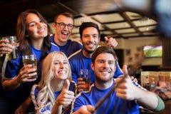 Fanáticos del fútbol con la cerveza que toma el selfie en el pub Imágenes de archivo libres de regalías