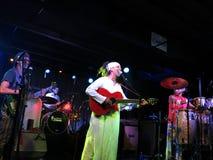 Fantuzzi śpiewa w mic gdy zespół przyskrzynia indoors przy rozdrożami Zdjęcia Stock