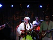 Fantuzzi lekar gitarr och musikband sitter fast inomhus på tvärgatorna royaltyfria foton