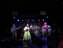 Fantuzzi och musikbandet sitter fast inomhus på tvärgatorna Royaltyfria Bilder