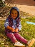 Fany liten flicka på en vila Arkivbilder