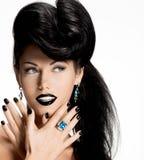 Façonnez la femme avec les clous et les lèvres noirs dans la couleur noire Photographie stock libre de droits