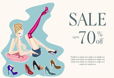 Façonnez la fille essayant sur plusieurs paires de nouvelles chaussures Images stock