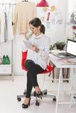 Façonnez le blogger de femme travaillant dans un espace de travail créatif avec le chiffre Image libre de droits