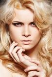 Façonnez le femme avec le renivellement élégant et le long cheveu blond Photos libres de droits