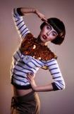 Façonnez le jeune éditorial de photo de modèle de brune, modèle posant, foudre mélangée, longue vitesse Photographie stock