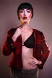 Façonnez le jeune éditorial de photo de modèle de brune, modèle posant, foudre mélangée, longue vitesse Image stock