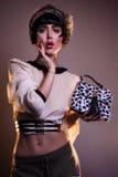 Façonnez le jeune éditorial de photo de modèle de brune, modèle posant, foudre mélangée, longue vitesse Photos stock