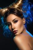 Façonnez le portrait d'art de la belle femme sexy avec des klaxons au-dessus de dar Images libres de droits