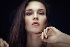 Façonnez le portrait de beauté de la brune avec la coiffure de chaos Photographie stock