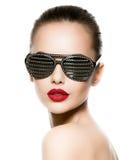 Façonnez le portrait de la femme utilisant les lunettes de soleil noires avec le diamant Photo stock