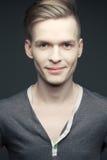 Façonnez le portrait du jeune et bel homme élégant de sourire Photo libre de droits