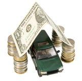 Façonnez le véhicule sous le toit de garage effectué à partir du billet de banque Photos stock