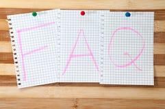 FAQ écrit de message sur le conseil en bois comme fond Photographie stock libre de droits