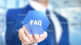 FAQ, hombre de negocios que trabaja en el interfaz olográfico, gráficos del movimiento foto de archivo