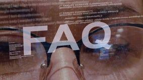 FAQ-tekst op achtergrond van vrouwelijke ontwikkelaar stock video