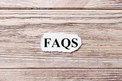 FAQS van het woord op papier Vaak gevraagd vragenconcept Woorden van FAQS op een houten achtergrond royalty-vrije stock afbeelding