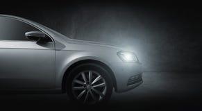 Faróis dianteiros do carro cinzento na garagem Fotos de Stock Royalty Free