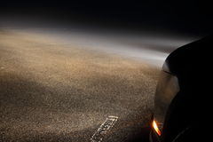 Faróis do carro na névoa Foto de Stock Royalty Free