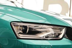 Far?is do close up de um carro moderno da cor da hortel imagens de stock