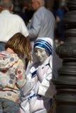 Far som leker Mother Teresa Royaltyfria Bilder