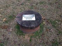 Fara begränsat utrymmetecken på cementhålet royaltyfri foto
