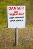 Fara inget inkräkta brant tecken för öppet vatten för droppe-av royaltyfria foton
