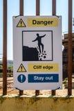 FaraCliff Edge Stay Out varnande tecken royaltyfria bilder