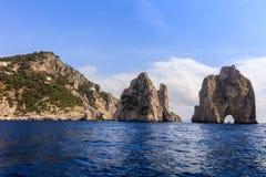 Faraglioni峭壁,卡普里岛,意大利 免版税库存照片