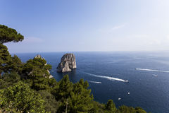 Faraglioni海岛和峭壁,卡普里岛,意大利 免版税库存图片