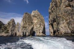 Faraglioni海岛和峭壁,卡普里岛,意大利 免版税图库摄影