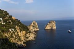 Faraglioni ö och klippor, Capri, Italien Arkivfoto