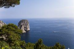 Faraglioni ö och klippor, Capri, Italien Fotografering för Bildbyråer