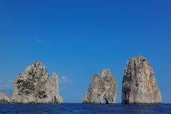 Faraglioni трясет на острове Капри, Средиземном море, Италии Стоковые Фотографии RF