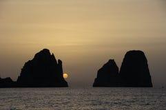 Faraglioni av Capri Italien på soluppgång Fotografering för Bildbyråer