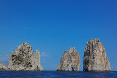 Faraglioni balança na ilha de Capri, mar Mediterrâneo, Itália Fotos de Stock Royalty Free