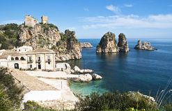 Faraglioni et madrague chez Scopello, Sicile Photo stock