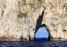 Faraglioni da ilha de Capri, Itália imagem de stock