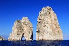 Faraglioni da ilha de Capri, Itália, Europa fotografia de stock royalty free