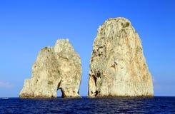 Faraglioni da ilha de Capri, Itália, Europa fotografia de stock