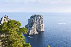 Faraglioni dans Capri Images stock