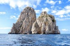 Faraglioni de la isla de Capri según lo visto del barco, Italia Foto de archivo libre de regalías