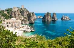 Faraglioni e almodrava em Scopello, Sicília Imagens de Stock