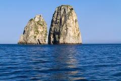 Faraglioni en île de Capri - Italie images libres de droits