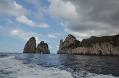 Faraglioni, för kust, för hav, kust- och oceaniska landforms, himmel arkivfoton
